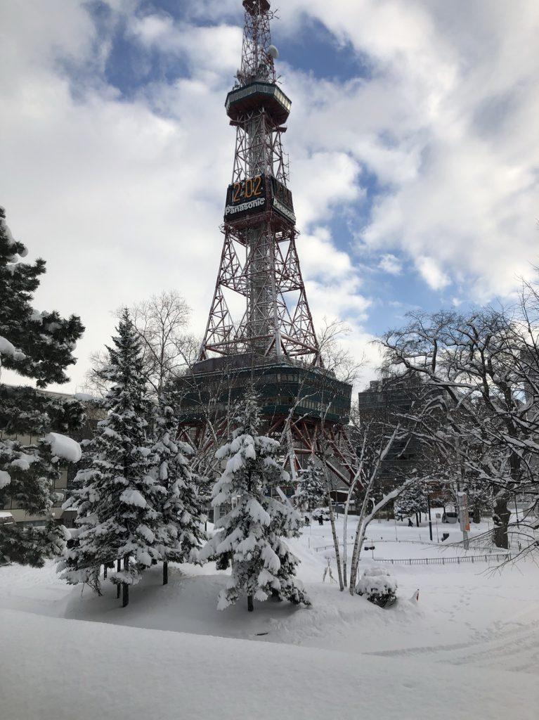 三次市で注文住宅を建てたくて、北海道の雪の積もったタワーの写真